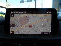 マツダ独自開発の中央のディスプレイは地図やオーディオ、また安全装置の設定など幅広く操作ができます。