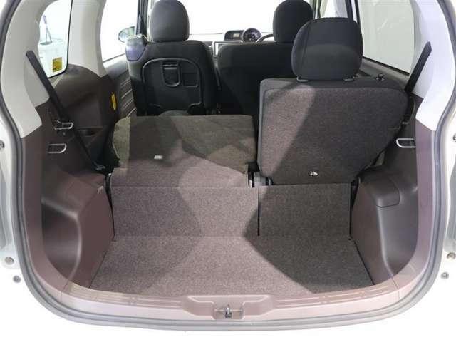 後部座席は分割式でそれぞれ倒すこともできます。