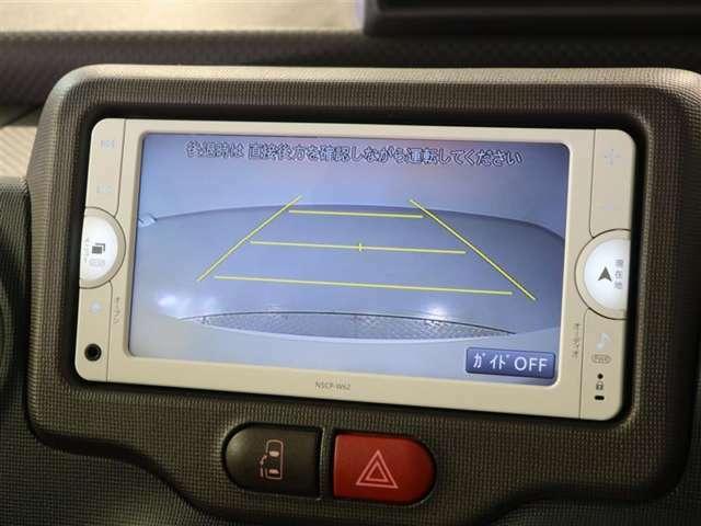 バックモニター付きで車庫入れも安心です。シフトをリバースに入れると自動でナビ画面が車両後方のカメラ画面に切り替わります。
