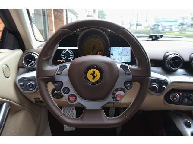 イエローレブカウンターが選択されています。正規ディーラー車ですので、メーターパネル内にナビ画面が表示されます。