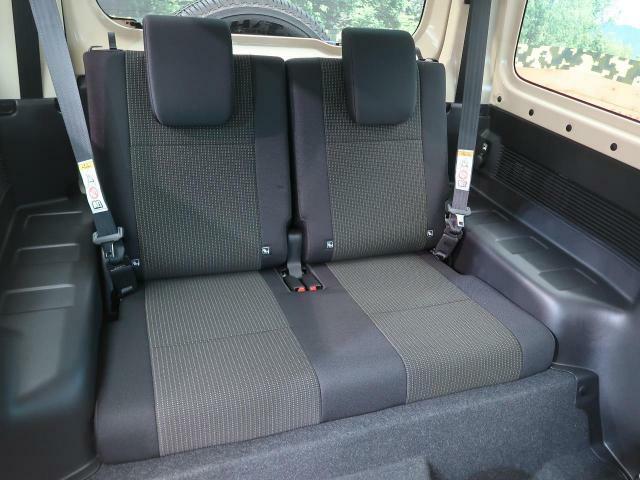 リアシートは成人男性でもゆったり座っていただける居住空間となっております。