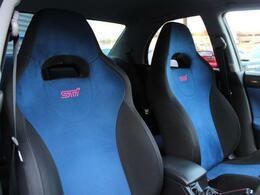 純正シートはバケットタイプのスポーツシートですが長時間の運転でも疲れないクッション性を備えております!