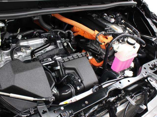 2ZR-FXE型 1.8L 直4 DOHCエンジンと5JM型 交流同期電動機のハイブリッドシステム搭載、FF駆動です。