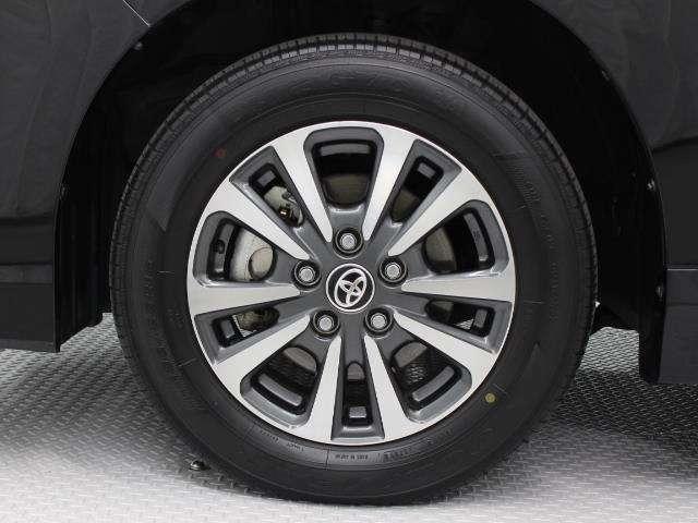 切削光輝加工にダークグレーメタリック塗装を施した15インチアルミホイール装着。タイヤサイズ195/65R15
