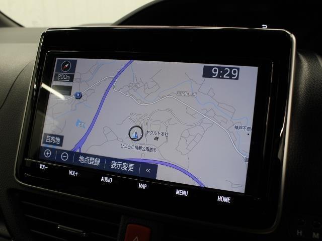 安全を考慮し、視線移動の少ない位置にセットされたT-Connect対応の純正9インチSDナビ!CD、DVDビデオ、フルセグTV搭載で、USB/HDMI端子も装備されています。
