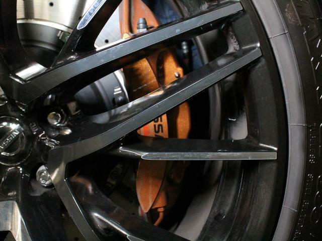 ブレーキはブレンボ製フロント6POT、リア4POTを採用。制動力もいいですよ!!