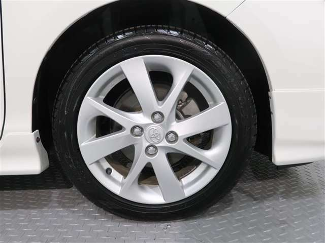 純正アルミホイールがとても似合っています。タイヤサイズは、195/50R16です。