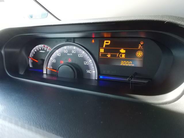 シンプルな自発光メーターで見やすいです☆運転状況に応じてスピードメーターの照明色を変化☆エコドライブの目安になるんですよ☆マルチインフォメーションディスプレイには平均燃費や航続可能距離など表示できます