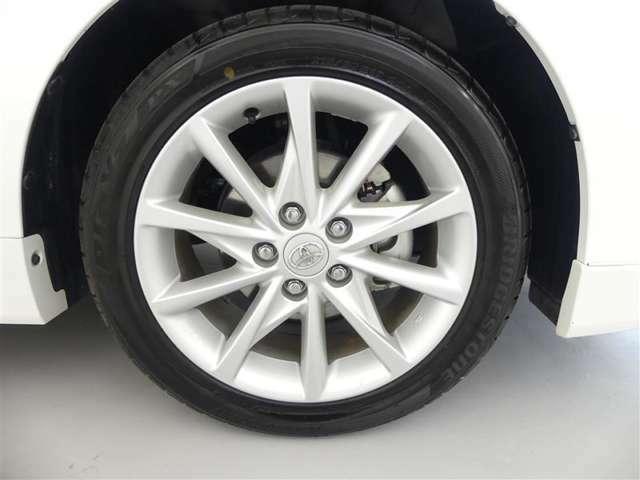 【純正アルミホイール】タイヤサイズは215/50R17となります。