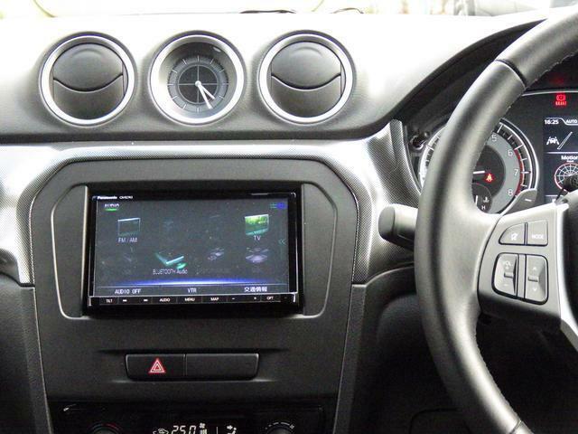 フルセグTVやBluetoothオーディオなど多彩なメディアに対応した メモリーナビを装備しています。運転しながら手元で音量調節や選局が可能な ステアリングオーディオスイッチ装備。