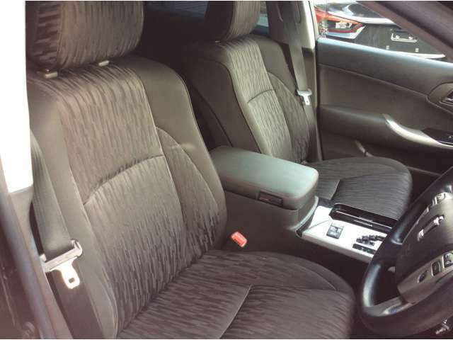 運転席シートの写真になります。目立つシミや汚れもなく状態良好です。ゆったりとした上質な乗り心地です。