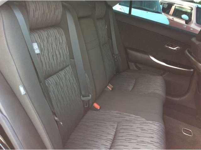 後部座席の写真になります。こちらも前列シート同様シミや目立つ汚れはございません。足元も広々としており乗り心地ゆったりです。