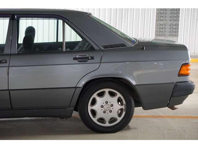 W124と共通のデザインのホイールは最終モデルだけの装備です。