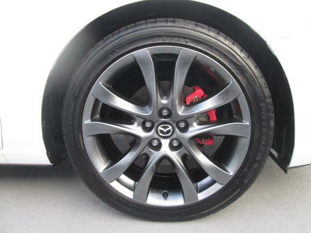 タイヤサイズは「225/45R19」純正19インチホイールを装備しています。大迫力です!