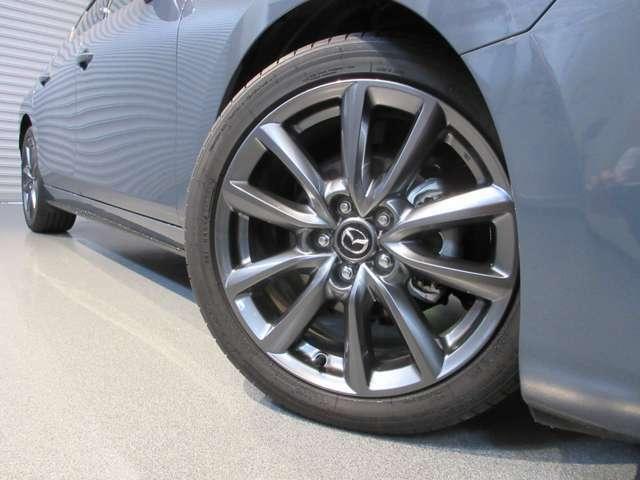 215/45/R18のグレーメタリック塗装のアルミホイールがポリメタルグレーメタリックのボディーカラーと良く合います!!