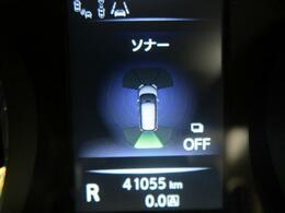 【クリアランスソナー】 車両前方や車両後方の障害物をセンサーを利用して検知し、障害物と接近部位の位置を、ディスプレイ表示すると同時にブザーによりドライバーに注意を促します。