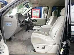 運転席シートは電動にて調整可能なパワーシート装備。切れや擦れなども無く新車おろしたてのような状態となります。ご希望に応じて専用シートカバーのお取り付けもk農となります。お気軽にスタッフまでご相談下さい