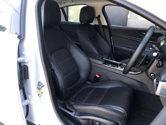 ホワイトステッチが印象的なブラックレザーシート。フロント左右には三段階で調節が可能なシートヒーターを装備します。