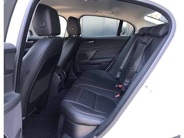 後席も使用感なく大変きれいなコンディションを保って入庫しております。もちろん禁煙車です。