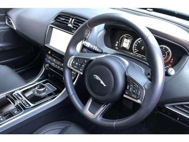 XEには前車追従のアダプティブクルーズが標準装備されます。高速巡航時などには便利にお使いいただけ、疲労も大幅に軽減されます。