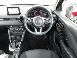 まるでコックピットのようなインテリアデザインは左右対称を意識してデザインされており、運転に集中できます!