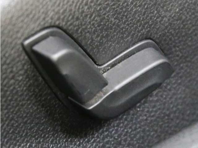 電動でシート調節が行える便利なパワーシートを搭載!メモリー機能付きでいつでも自分の位置へ調整が可能です!