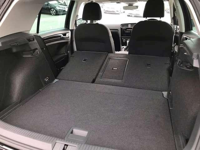 後席を倒せばさらに大きな荷物も収納可能