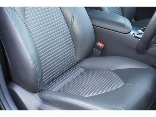 運転席、助手席ともに綺麗です。一度ご覧くださいませ。また【ハーフレザーシート】ですので、高級感がございます♪