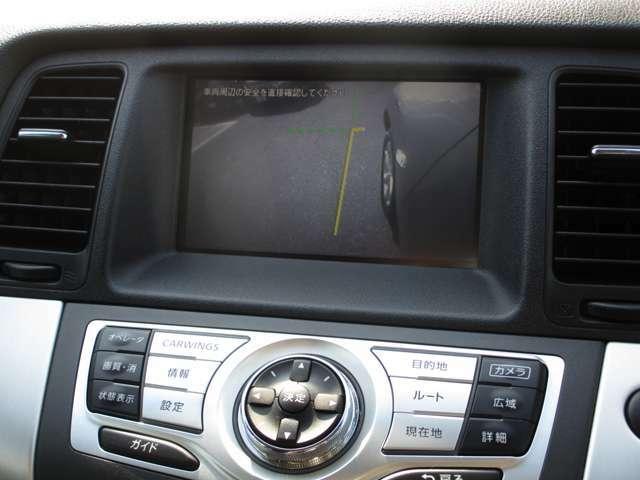 サイドブラインドモニターは「死角」となる左フロントタイヤ周りを映してくれるので、幅寄せや、狭い道での運転に役立ちます。