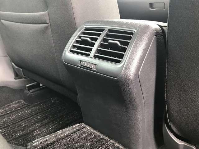 後席のエアコン吹き出し口はこちらに。フレッシュエアフィルター付きなので、花粉やダストを除去した綺麗な空気がこちらから社内全体に広がります