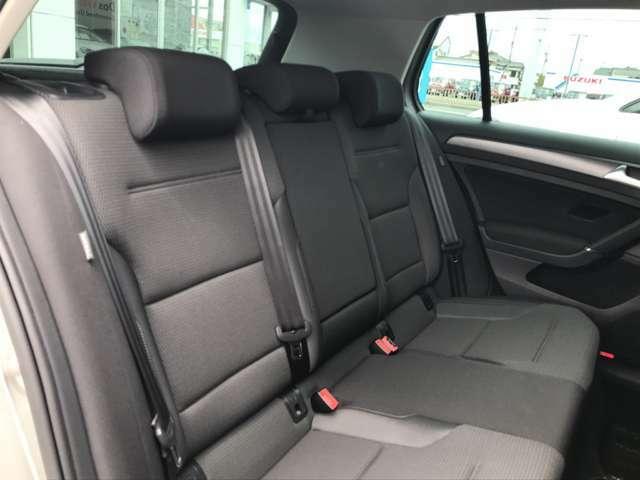 大人三人ゆったりと座れる後席。ISO-FIX規格なので、チャイルドシートの取り付けも可能です