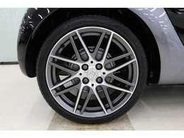 ブラバス専用デザインのアルミホイール。タイヤサイズは、フロント:185/45R17、リヤ205/40R17です。