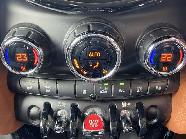 エンジンスタートボタンや、エアコンの操作ボタン類などミニならではの個性的なデザイン。