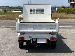 ハードな作業にも耐えるよう荷台は厚い鋼板を使用しています。更にゲート部の補強柱、ガードフレームで耐久性に優れています。ゲートは三方開で通常使用にも便利です(^^♪