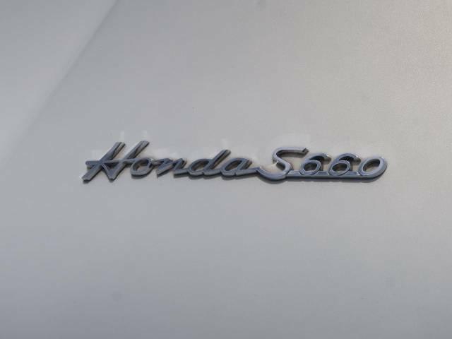 ダックスガーデン製エンブレム装着車です♪各支店50枚限定のエンブレムで、1964年当時のホンダS600をモチーフとしたオリジナル製品です♪リアのルックスに特別感が増しますね☆