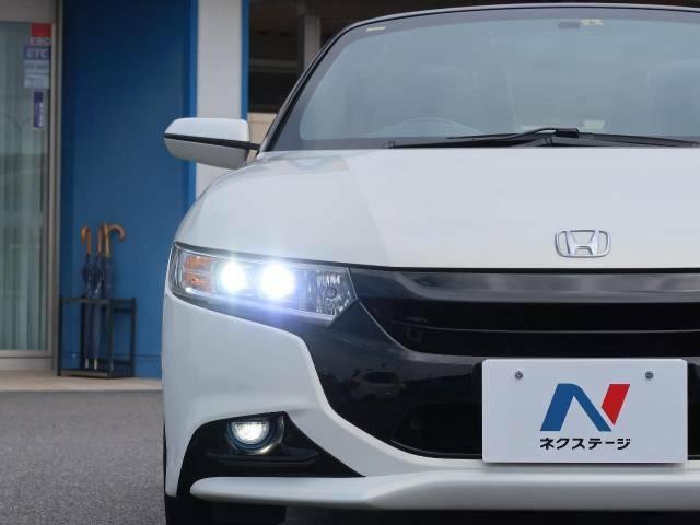 【LEDヘッドライト・フォグランプ】悪天候や夜間走行時も良好な視界を確保し安心して運転できる高輝度LEDヘッドライトを装備!点灯速度が早く、消費電力も抑えられています。