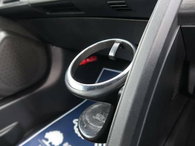純正オプションのカップホルダー取付済み車両となっております。手を伸ばせば自然にドリンクに届く配置となっております!純正品ですので、品質はバッチリです☆