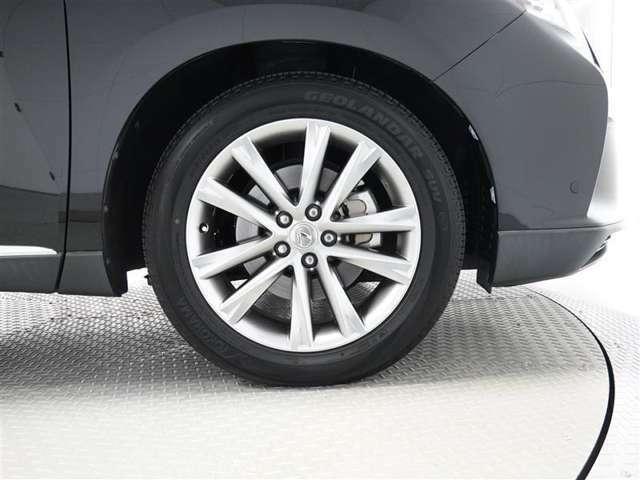 アルミホイール装着、タイヤサイズは235/55R19です。
