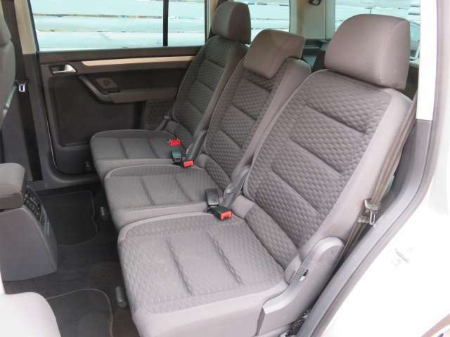 セカンドシート♪こちらもへたりや擦れ、汚れもございません♪足元のスペースも十分にございますので、窮屈間無く車内でお過ごしいただけるかと思います♪