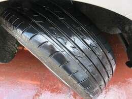 タイヤの溝もしっかりと残っています♪購入後すぐに交換の必要もありませんね♪別途スタッドレスタイヤなども承りますのでお気軽にお問合せください♪