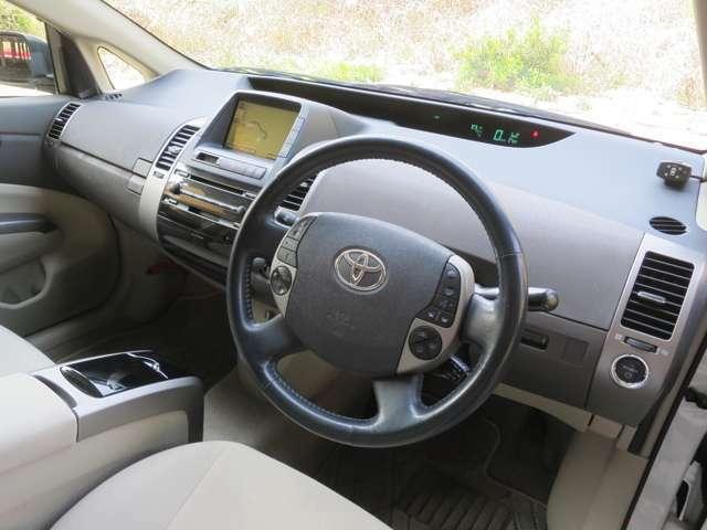 運転席廻りも清潔な状態を保っております。