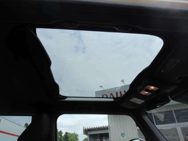 タフトのウリのひとつでもあるスカイフィールトップです!軽自動車にサンルーフですよ^^