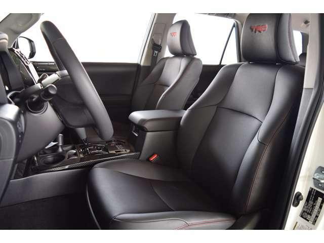純正レザーシート。パワーシート、シートヒーターも装備されております。ヘッドレストにTRDの刺繍がかなりおしゃれですね!
