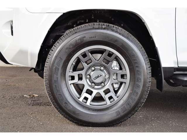 純正にTRD17インチAWホイール。タイヤは265/70R17となります。オールテレンやMTタイヤにも変更可能です。お気軽にお問い合わせくださいませ。