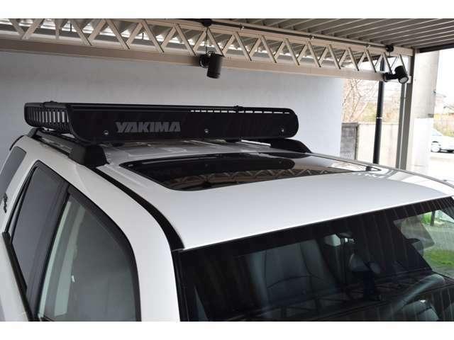 サンルーフにYAKIMAルーフラックも装備されております。