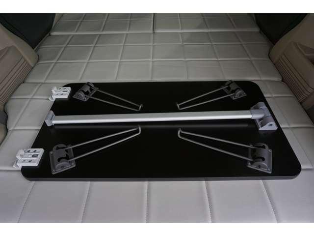 「屋外テーブル」兼室内の「ちゃぶ台」♪足もこだわり、一般的な黒ではなくグレーで車内や家具の雰囲気とあわせています。