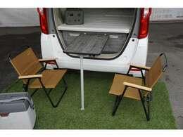 テーブルは車内・屋外兼用となります♪女性でも安心♪ベッド部分の重量も軽く、簡単に収納可能です。※画像内のチェア、冷蔵庫、ポータブル電源はオプション品となります。