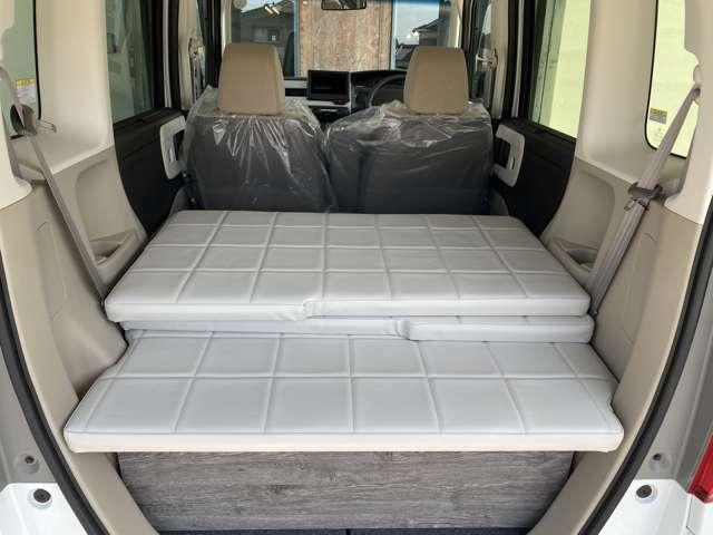 後席シートを収納したまのベッドアレンジ、キャンプやピクニックの際、いっぱい荷物を詰め込めます。