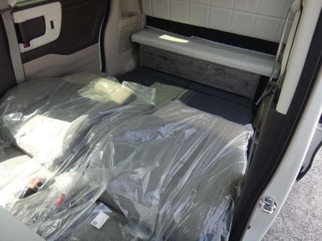 ベッド展開順序4フロントシートのヘッドレストを外し、左右ともに後方へ倒します♪