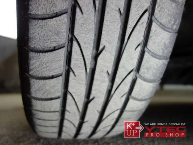 タイヤの溝はまだございますが、写真の様にヒビ割れがございます。タイヤ価格に自信あり!用途にあったタイヤをご提案させて頂きます。是非お気軽にご相談下さいね。
